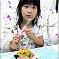 2012-0801-Yuki 4Y7M-上幼稚園第一天下課回家吃便當 (2)