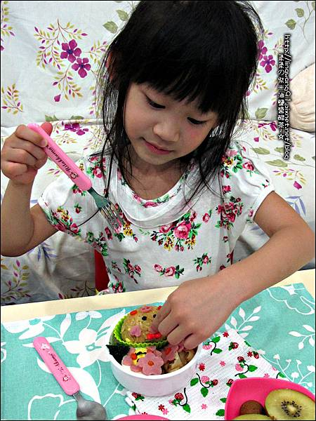 2012-0801-Yuki 4Y7M-上幼稚園第一天下課回家吃便當