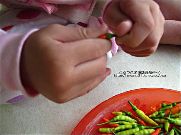 2010-1103-Yuki 2Y10M幫忙拔小椒椒 (2).jpg