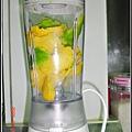 酪梨奶昔-果肉放進打果汁機.jpg