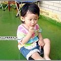 yuki在頂樓吃地瓜條.jpg