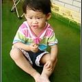 yuki很乖的坐在地下吃地瓜條.jpg
