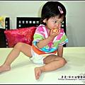 YUKI-1歲6個月爬上餐桌偷拿水果吃.jpg