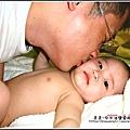五個月時爸爸幫YUKI按摩身體.jpg