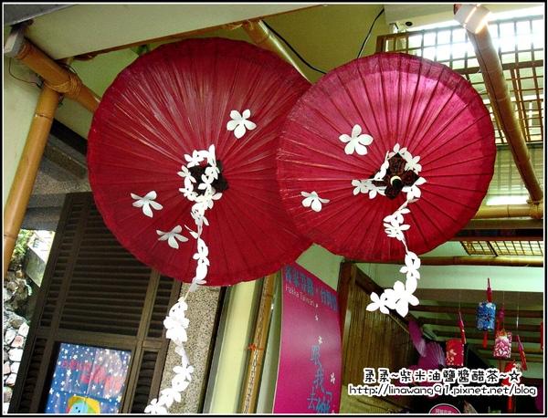 獅頭山遊客中心-以桐花為主的造型傘.jpg