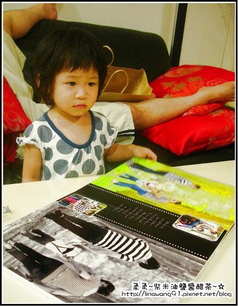 七彩魚寶貝寫真館-YUKI邊看電視邊照片1.jpg