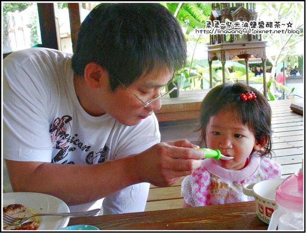 天空之城-爸爸餵yuki吃麵.jpg