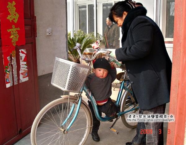 大陸-青島-搶著騎自行車的寶寶.jpg