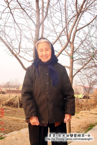 大陸-青島-帶頭巾的二大娘.jpg