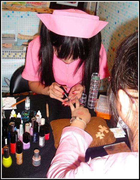 2009-0815第10屆漫畫博覽會-護士幫你做指甲彩繪.jpg