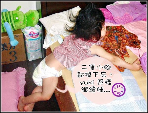 1歲半yuki睡到掉下床.jpg