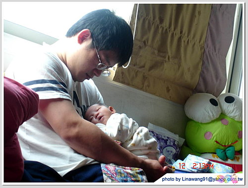 出生18天-老公抱yuki累到一起睡著.jpg