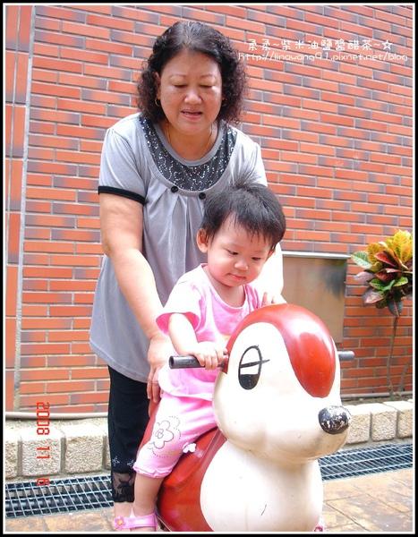 10個半月的yuki與婆婆在庭園玩.jpg