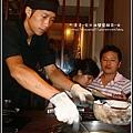 2009-0905-新橋燒肉店-店員放炭火.jpg