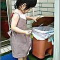yui-1歲6個月倒垃圾.jpg