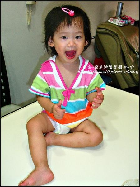 2009-0625-1歲6個月喜歡爬桌子.jpg
