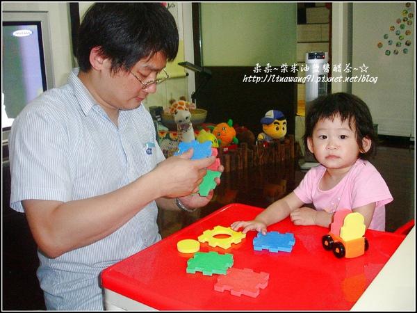2009-0611-1歲5個月與宥爸爸組合玩具.jpg