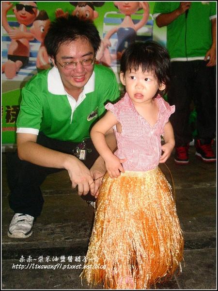 2009-0711-1歲6個月半月第一次穿草群舞.jpg
