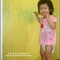 2009-0806-1歲7個月喜歡在牆上亂畫畫.jpg