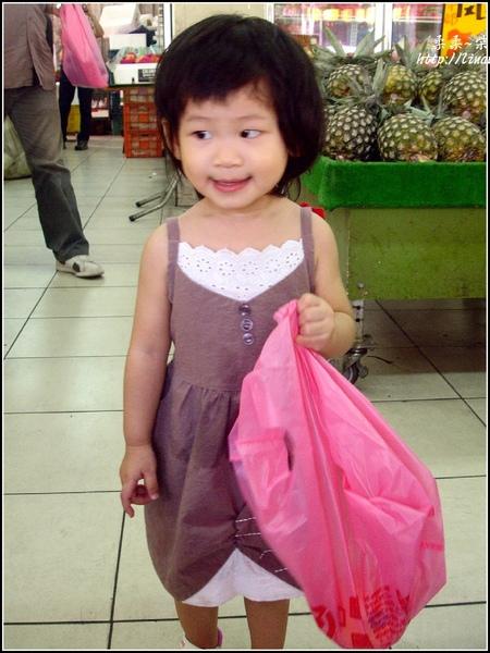 2009-0820-1歲8個月學人家買水果.jpg