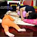 2009-1103-1歲10個月常常跟宥爸爸在客廳睡著.jpg
