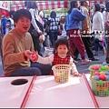 2009-1206-1歲11個月第一次在花市玩丟丟球.jpg