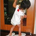 2009-1018-1歲10個月開始偷偷穿媽咪的拖鞋.jpg