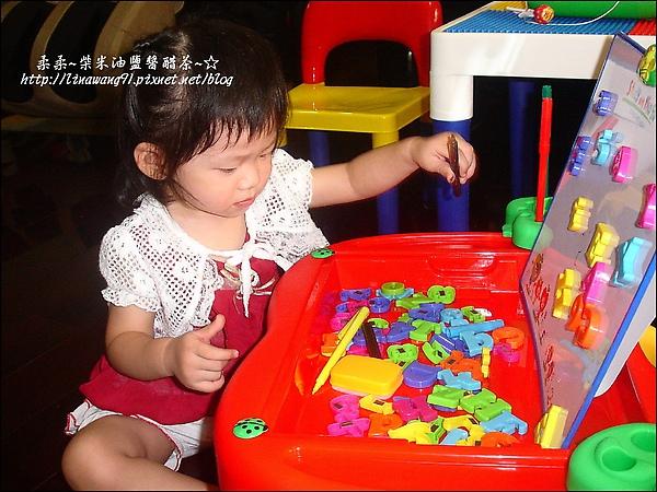 2009-0827-YUKI-1歲8個月的字母工具桌 (1).jpg