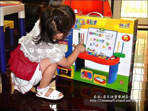 2009-0827-YUKI-1歲8個月的字母工具桌.jpg