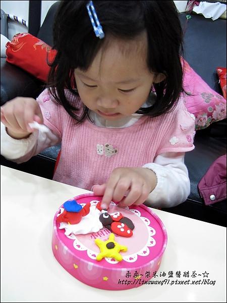 YUKI-2歲3個月玩黏土2010-0409 (3).jpg