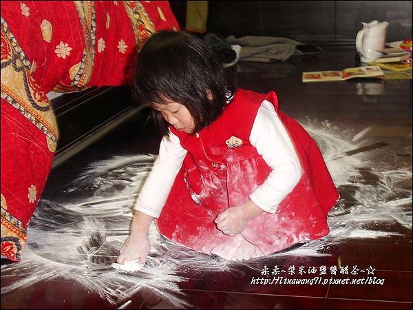 2010-0323-yuki 2歲3個月玩痱子粉 (1).jpg