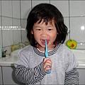 2010-0313 -Yuki2Y3M開始懂得要刷牙.jpg