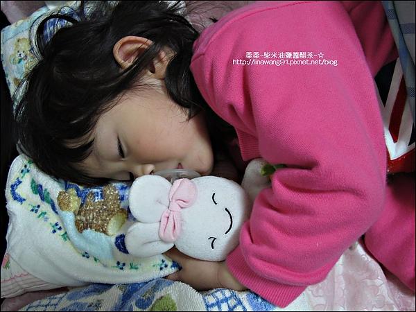 2010-0417 -Yuki2Y4M睡覺還要吸奶嘴抱娃娃.jpg