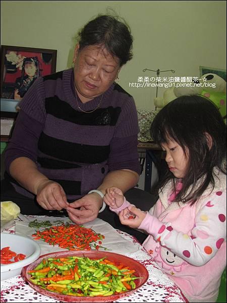 2010-1103-Yuki 2Y10M幫忙拔小椒椒 (11).jpg