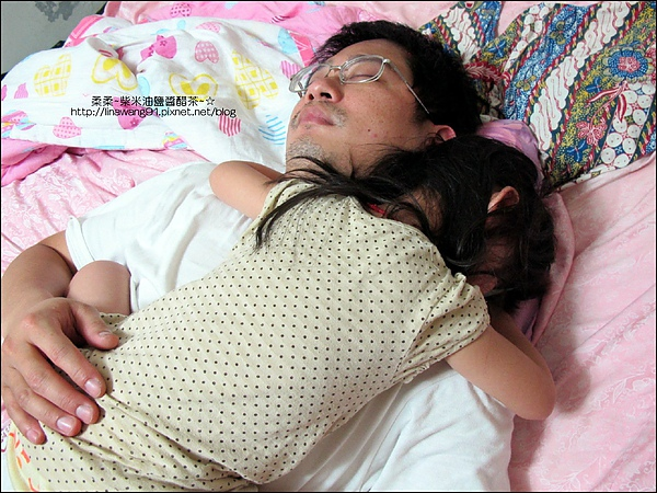 2010-1010-Yuki2Y9M跟爸爸一起睡覺.jpg