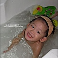 2010-0804-Yuki2Y7M超愛洗泡泡澡.jpg