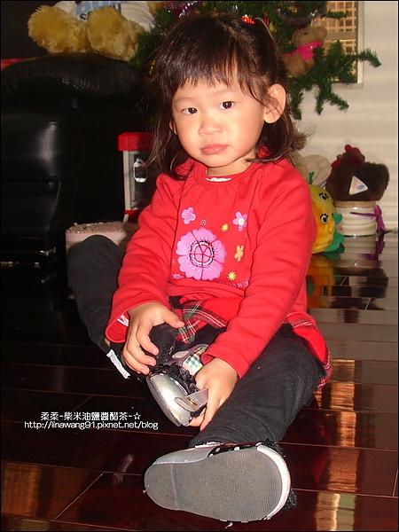 2010-0228-Yuki2Y2M自己穿鞋子.jpg