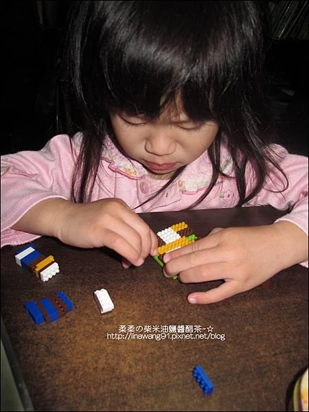 2010-1123-Yuki 2Y11M愛玩微積木 (4).jpg