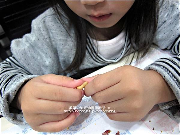 2010-1107 -Yuki 2Y10M幫忙拔花生米 (2).jpg