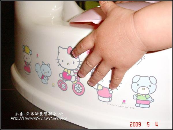 yuki的第一個小馬桶-2009-0504 (2).jpg
