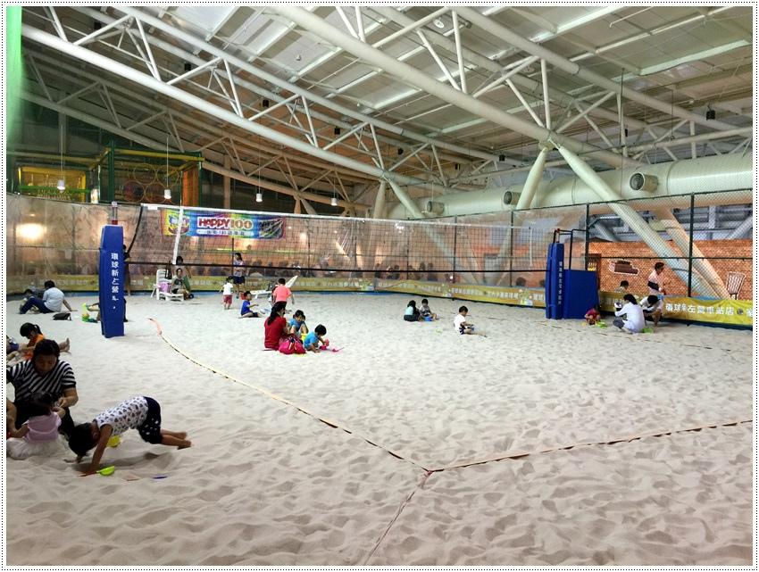 高雄親子-環球新左營-室內沙灘排球場~親子娛樂好地點高雄親子-環球新左營-室內沙灘排球場~親子娛樂好地點