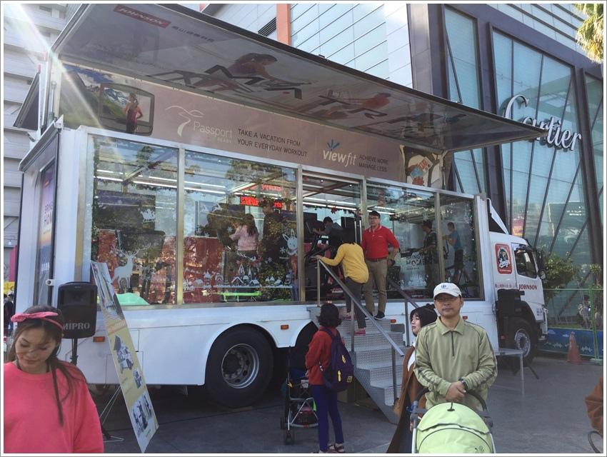 台中親子旅行-台中西屯UNO市集全台最大超過30個繽紛貨櫃屋市集,玻璃盒旋轉木馬小火車