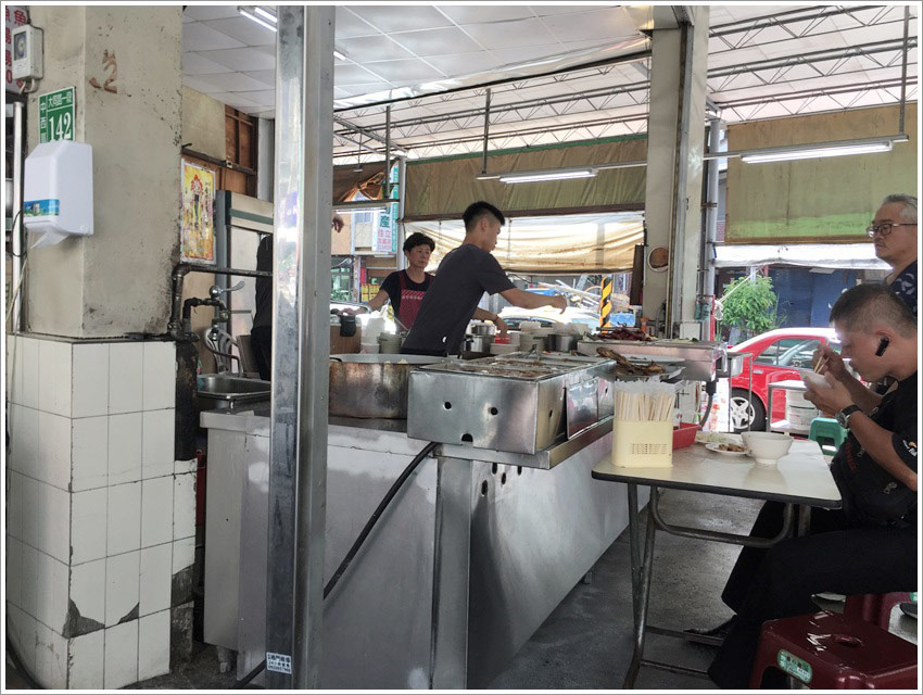 台南美食-國榮肉燥飯100元以內可以吃到香腸貢丸湯青菜大碗肉燥飯