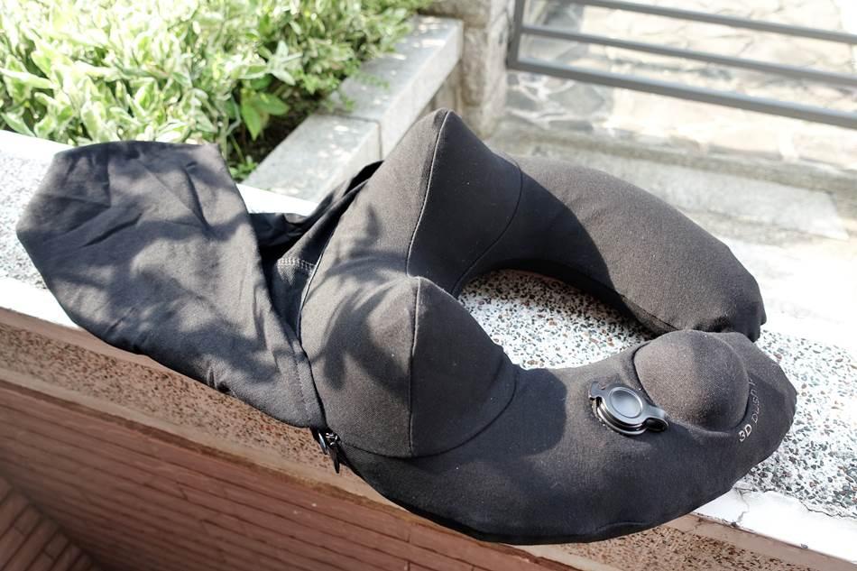 開箱-TRAVELMALL旅行充氣頸枕輕巧易收納專為旅行、出差、通勤設計連帽式設計可以幫忙擋住刺眼光線
