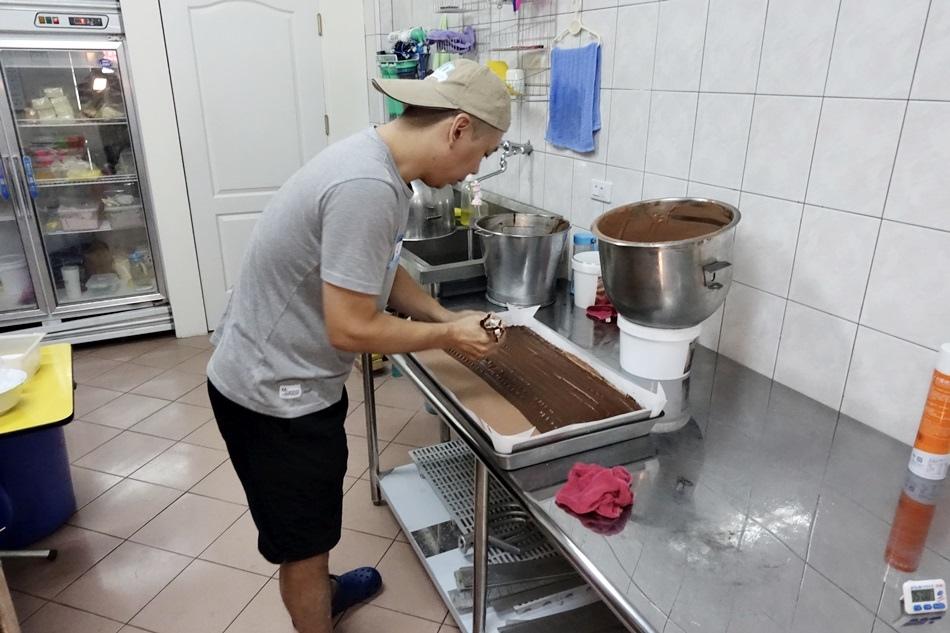 台南美食-網路火紅名店吉田家烘焙坊美味鹹蛋奶酥爆漿熔岩巧克力超有料的