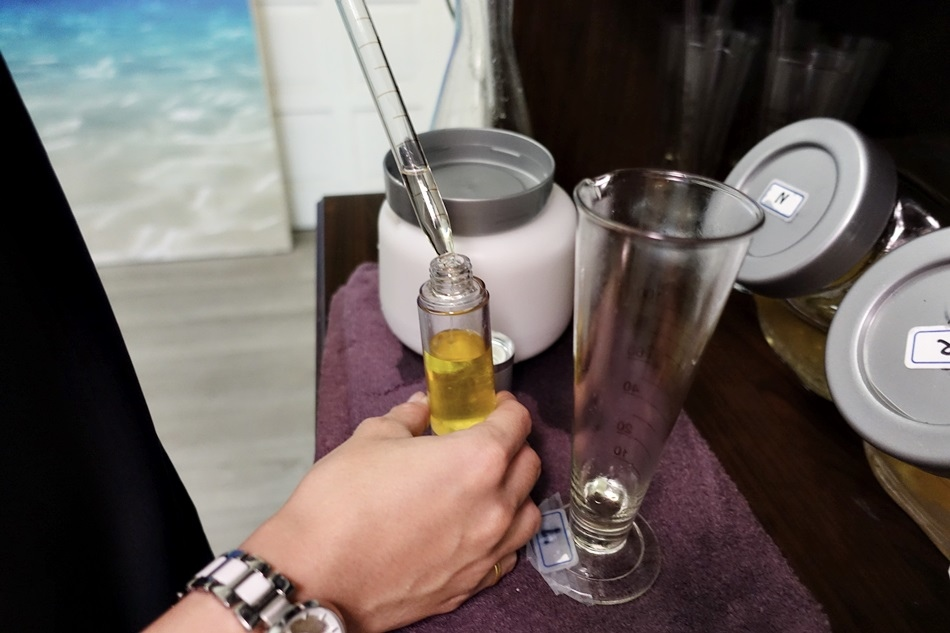 高雄按摩推薦-浮宮漂浮SPA舒緩館不用出國就可以體驗歐美漂浮水療一次完成直接全身酥綿綿專用檀香精油解憂除勞