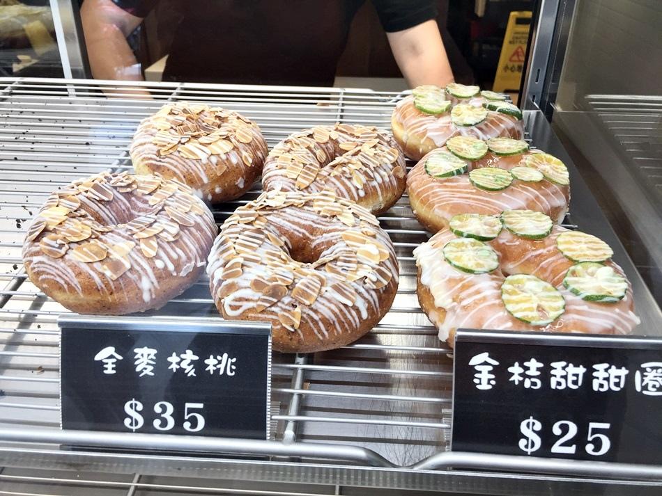 台南美食-朵莉屋甜甜圈不同於小米甜甜圈的口味多種口味脆皮甜甜圈的酥脆好味多種造型甜甜圈