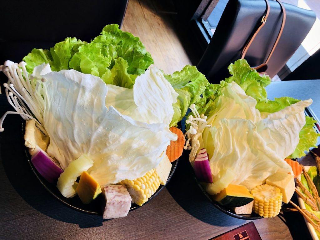 高雄美食-鼓山舞古賀鍋物專門店美牛和牛極盛海鮮鍋物,品嚐最珍貴的高檔食材,嚴選1855冷藏熟成的高級黑牛、A5等級宮崎和牛、產地直送新鮮蔬菜