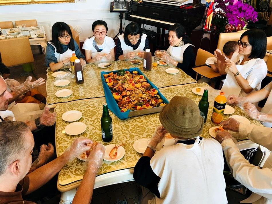屏東隱藏版美食-黃金蝦無毒泰國蝦餐廳高材生返鄉養蝦外場有親子樂園泰國蝦品質很好每隻都有肥美蝦膏