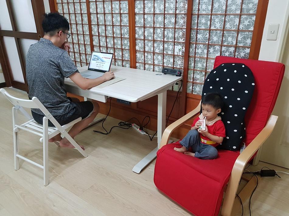 台灣品牌兒童成長書桌推薦STANDWAY電動升降桌培養正確坐姿、不彎腰駝背設計人性化、小孩喜歡,從3歲用到大學畢業的兒童書桌